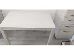 Tavolo in legno chiaro