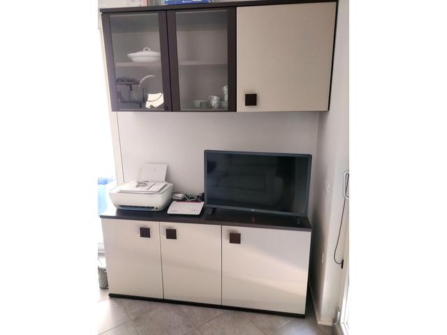 Due mobiletti da soggiorno in legno e vetro