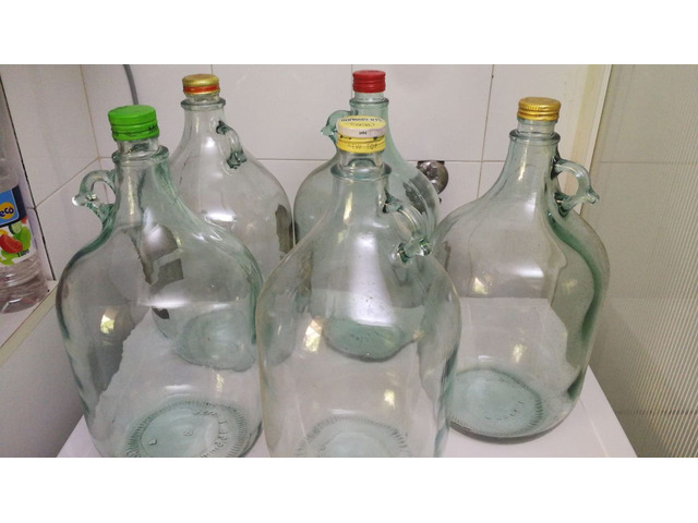 Bottiglie e damigiane