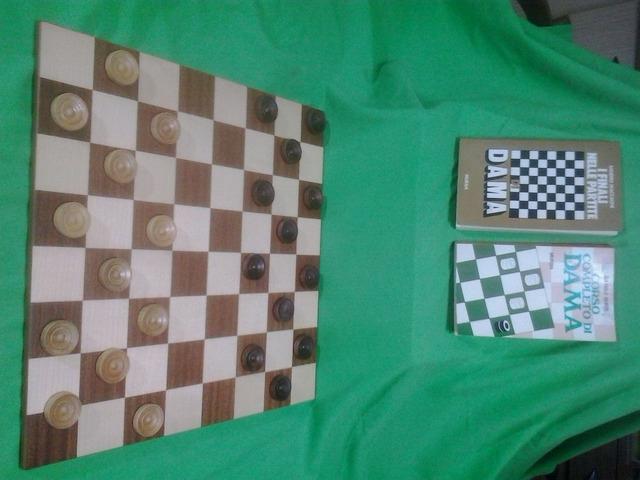 Set completo di Damiera e pedine in legno massiccio e pregiato con due libri sul gioco della dama. - 1