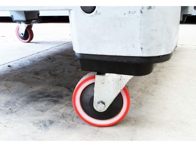 Cassoni bins in plastica con ruote e sportello - 7/10