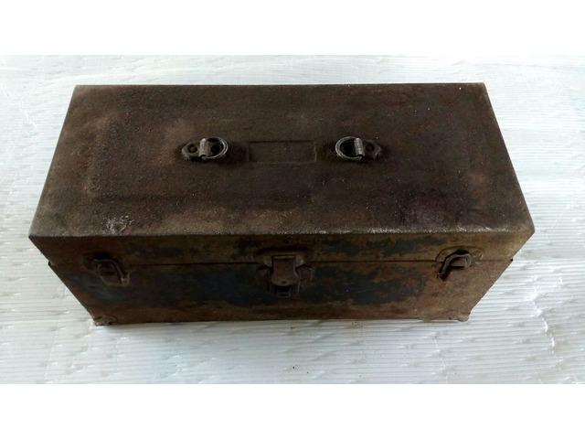 Cassetta porta attrezzi antica in metallo
