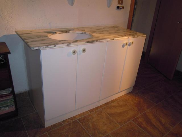 Mobile bianco da bagno con piano in marmo grigio arredamento e