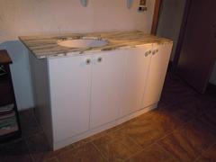 Mobile bianco da bagno con piano in marmo grigio